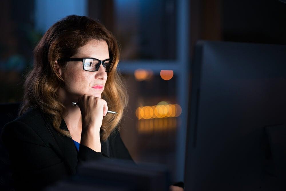 mulher olhando a tela do computador