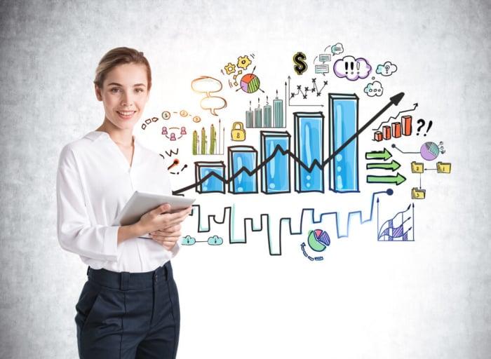 grafico em azul no fundo da foto e mulher segurando folha de papel